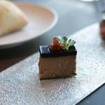 スカイ レストラン 634 - 前菜その2 フォアグラのケーキ仕立て。ケーキの上によく乗ってる銀の甘いツブものってました