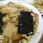 上海亭 - ラーメンと餃子(1個食べちゃった後の)