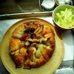 48863797 - きのことソーセージのピザ