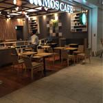 MOSカフェ - オープンカフェの様なオシャレな内装。