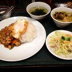 タイ料理セーンタイ - 料理写真:ガパオ&グリーンカレーセット890円