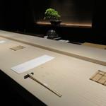 中目黒いぐち 上ル - 黒い壁に白木のカウンター、お約束の松の盆栽の景色