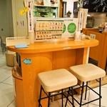 ミルク&パフェ よつ葉ホワイトコージ - イートイン用のテーブル