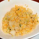 梨杏 - トビウオの卵は食感が楽しい。テーブルに添えられたXO醤を少量混ぜると素晴らしい炒飯に!