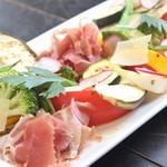 雑多居酒屋 しののめ - 生ハムとパルジャーノチーズの温野菜サラダ