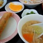 台湾料理 食の味 - 白菜と木耳炒めランチの味噌汁と春巻き