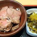 うま味処 つるき屋 - うま味処 つるき屋 @本蓮沼 かんぱち刺定に付く牛肉のたたきと高菜の漬物