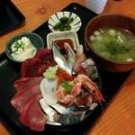 ろぐ亭 - ランチ海鮮丼(980円)。いい盛りしてます!&美味!白飯か、酢飯か、訊いてくれます。いつも酢飯ですが甘みが抑えめなところが好みです。満足度が高い逸品