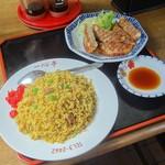 一心亭 - 料理写真:カレーチャーハン550円&焼ぎょうざ400円