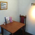 ザ・ルーモァバーガー - テーブル席は1つ