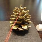 メゾン ルパン ミュラ - 松ぼっくりと松の葉が置いてありました(ル・パン)