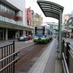 48893129 - 路面電車がある素敵な街です。