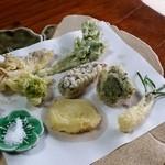 梅鶯荘 - 「野菜の天ぷら」 干し柿、舞茸、ふきのとう、ブロッコリー、エシャロット、じゃがいも、ウドの葉の天ぷらでした。