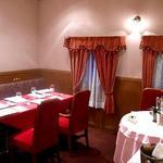 ル・コションドール・キタノ - 内観:2階はテーブルクロスの赤を基調にした木目と薄いピンクで落ち着いた雰囲気を演出