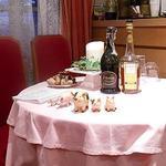 ル・コションドール・キタノ - 内観:2階 サーブ用テーブルには店名はフランス語で『金の豚』にちなんだ可愛い豚さんが