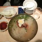 万両 - 韓国冷麺 700円 + 大盛り100円。5人で分け分け~☆