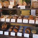 ハチイチベーカリー - 店内に並ぶパン