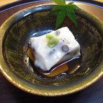 京都岡崎 いく田 - 小豆入りの胡麻豆腐。