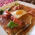 欧風カレーレストラン マイソール - そば粉を使ったガレット。写真は「生ハムのコンプレット」。