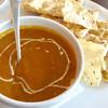 スタツィオーネ - 料理写真:ネパーリのメインである、カレーとナン(豆せん付き)。クルミのナンは円形のものを4分割していたが、ノーマルナンは例の形のよう。