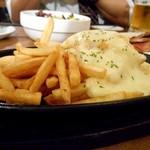 肉バル×チーズバル カーネヴォー - ラクレットチーズ乗せポテトフライ