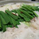 博多魚がし 海の路 - 煮えてきました あっさりスープのもつ鍋