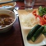 48925624 - 左奥:スープ、左:カレー、右:野菜