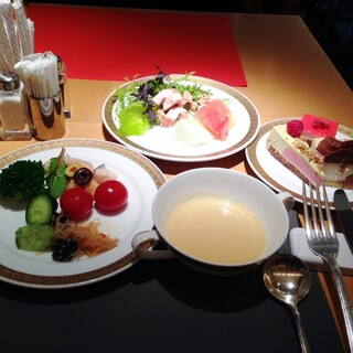 モンマルトル - ポタージュとサラダブッフェのサラダ、フルーツ