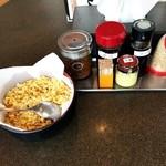 小平うどん - 卓上の薬味は、揚げ玉・七味・濃汁・ラー油・ごま・生姜