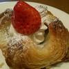 デリカフェ・キッチン - 料理写真:もちデニッシュ(いちご)280円(税込) 苺・ホイップクリーム・デニッシュパン・餡入りもちという美味しい多重構造!