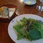 4894405 - パンとグリーンサラダです。