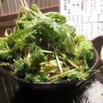 三浦鮮魚直売所 - 緑の野菜一杯のサラダはこれでハーフサイズ!