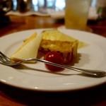 48944428 - チャーム。左から、チーズ・パイナップル・ミートパイ。