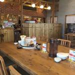 久留米ラーメン清陽軒 - テーブル席から 厨房方面をパシャ