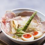 麺69 チキンヒーロー - 鶏中濃(味玉 & チャーシュープラス)