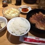 小倉鉄なべ餃子 - お昼は餃子、ビール飲みたい。