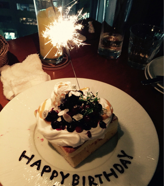 kawara CAFE&DINING 池袋 - 無料のバースデープレート!ベリーソースと生クリームたっぷりのショートケーキ。料理の後でも2人でペロリといけます。