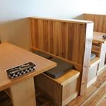 ハングリー - テーブル席もウッディ、背板がプライバシーを保護してくれます