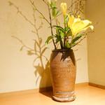 石臼挽き手打 蕎楽亭 - テーブル席には花も