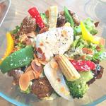 48963468 - 6種の野菜とスパイシーグリルチキンのサラダ ポーチドエッグ添え パルメザンドレッシング/1600円