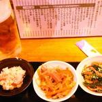48966072 - 生ビール+日替わりの小鉢(明太ポテト 春雨サラダ ほうれん草の和え物)