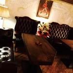 The TRAD 湯島・上野バー - ゆったりチェスターフィールドのソファ席