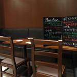 蓮香 - 店内はテーブル席のみ