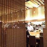 すし・魚処 のへそ - 木目を基調とした優しい雰囲気の店内