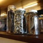 倉一廊 - カウンターの上に置いてある煮干しとか鰹節?の瓶。