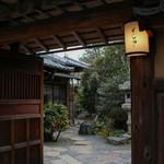 よーじやカフェ - 門構えから庭園への路☆