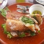 プエブロ - 博多地鶏スモークとモッツァレラチーズのサンドイッチ サラダとドリンクが付いて1000円