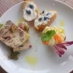 オステリア ウチェッロ - 前菜3種盛 +300円(税込)  ピンクペッパーがアクセントの大山鶏と牛蒡のパテだったかな、が美味しい。