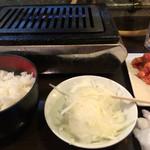 神保町食肉センター - セットされる御飯、スープ、オニオンサラダ