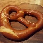 フランツィスカーナー バー&グリル - プレッツェル 塩が沢山ついているレストランが本国では良いとされている!?